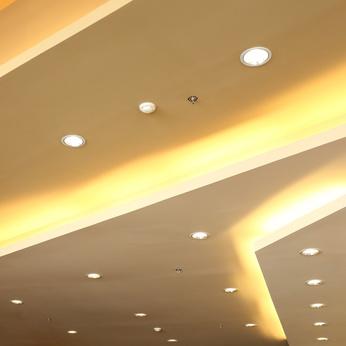 r cup rer de la hauteur sous plafond avec un clairage. Black Bedroom Furniture Sets. Home Design Ideas
